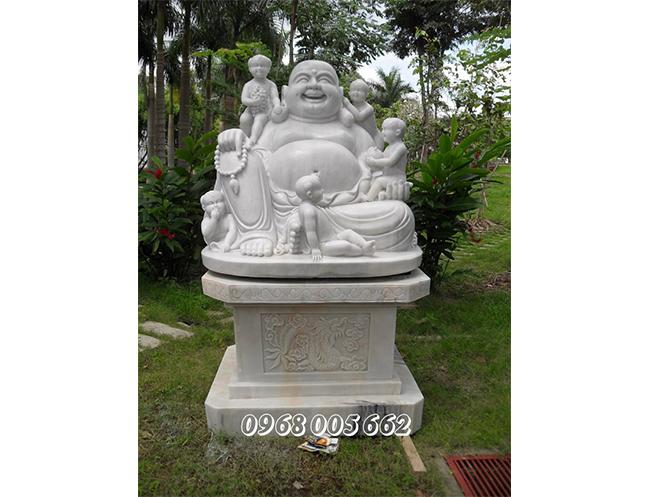 Tượng Phật Di Lặc là biểu tượng phong thủy mang lại may mắn, tiền tài không thể thiếu trong mỗi gia đình Việt, đặc biệt những người làm kinh doanh buôn bán.