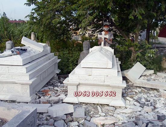 Mộ công giáo bằng đá trắng