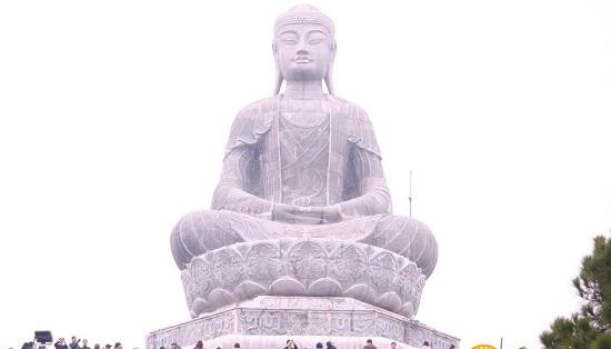 Tượng Phật Adida bằng đá tọa trên đài sen, tay kiết định ấn
