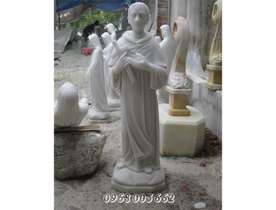 Thường xuyên lau chùi sạch sẽ tượng Chúa bằng đá
