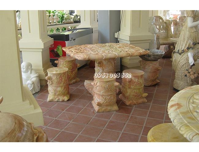 Bàn ghế đá tự nhiên mang vẻ đẹp độc đáo, sang trọng cho ngôi nhà