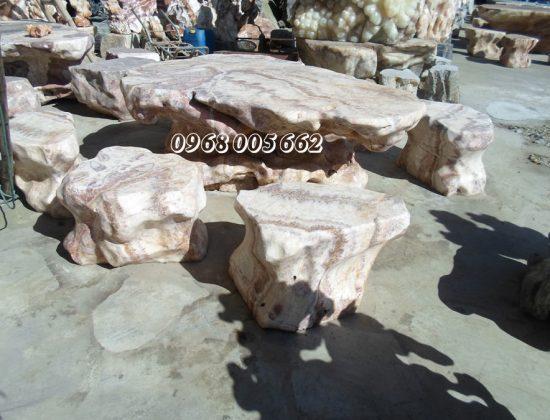 Bàn ghế đá sân vườn được đặt ngoài trời có độ bền cao, khả năng chịu lực tốt