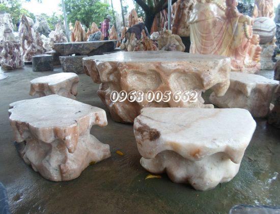 Bàn ghế đá được làm từ đá tự nhiên có độ bền cao