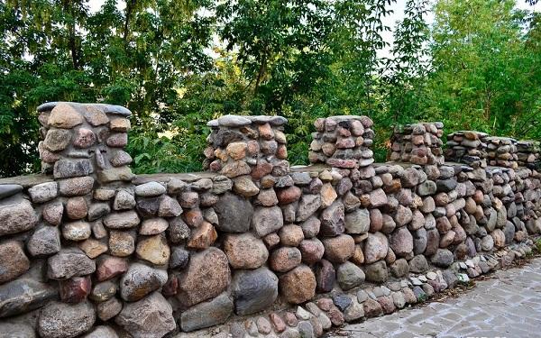 Hàng rào đá đẹp-hàng rào đá cuội có đặc điểm gì?