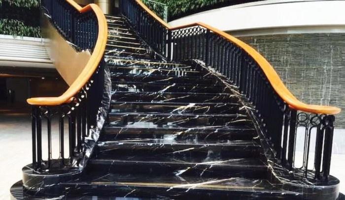 Mẫu đá ốp cầu thang màu đen